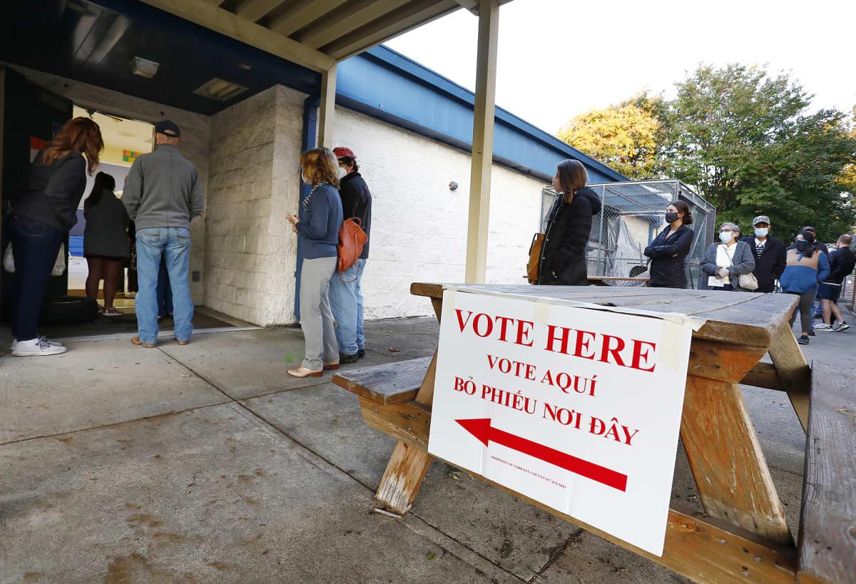 Äänestäjiä jonottamassa äänestyspaikalle Texasissa.