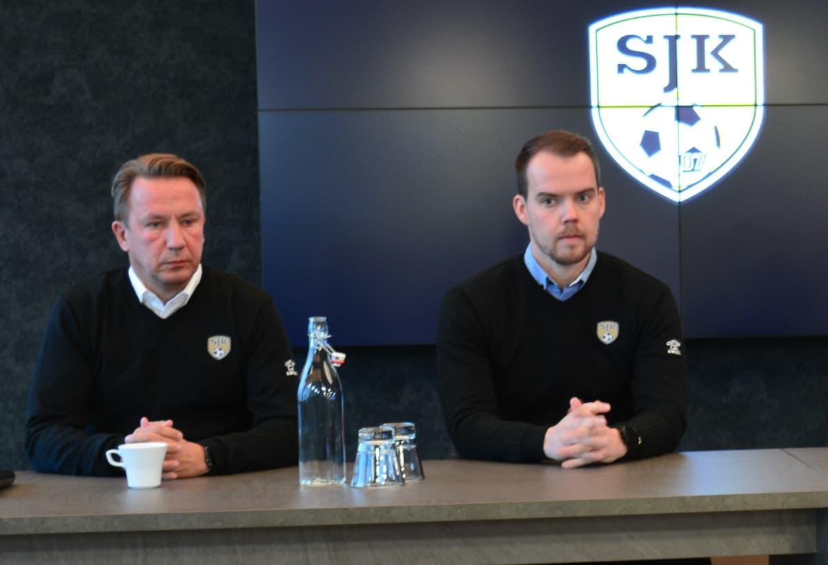 Kuvassa SJK:n puheenjohtaja Raimo Sarajärvi ja nykyinen toimitusjohtaja Sami-Petteri Kivimäki. Kuva on vuodelta 2018.