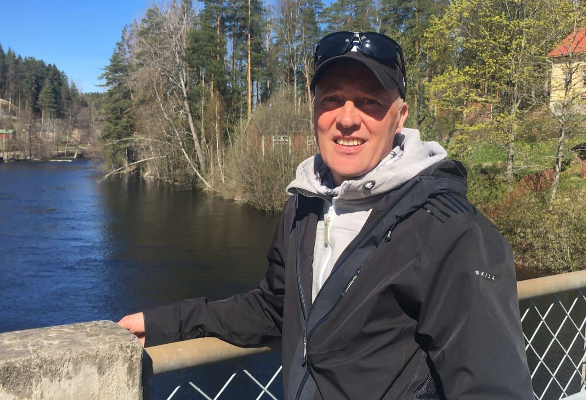 Juha Quuppa Seittonen nojaa sillan kaiteeseen