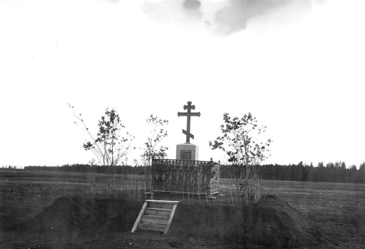Ensimmäisen leirikirkon muistokivi pystytettiin puretun kirkon paikalle