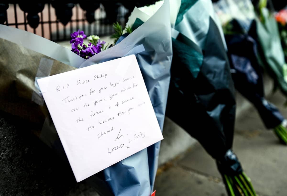 Ihmisten tuomia kukkakimppuja viimeisten tervehdysten kanssa Buckinghamin palatsin edustalla.