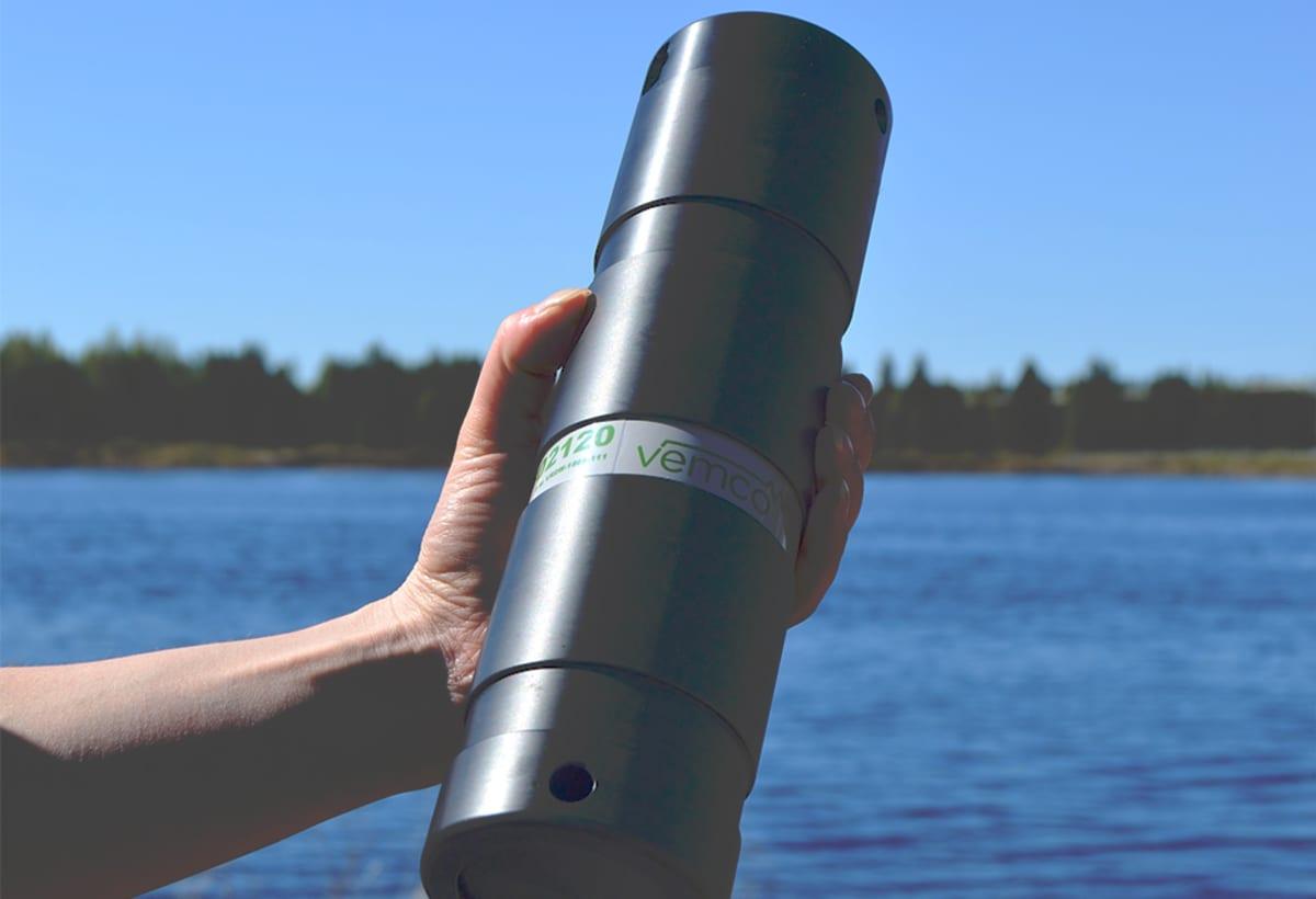 Iijoen kalatutkimuksessa käytettävä loggeri eli vastaanotin, jonka avulla seurataan radiolähettimellä varustettujen kalojen liikkeitä voimalapadon yläpuolella.