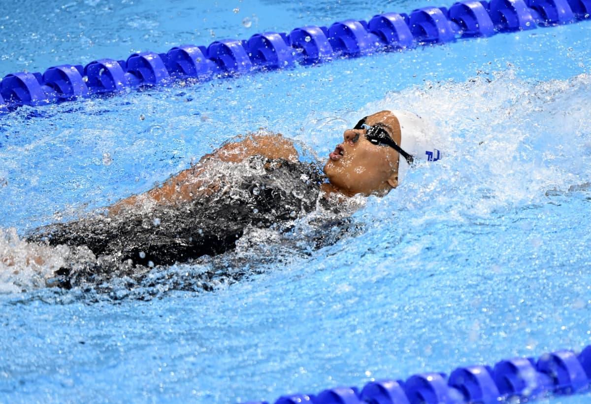 Mimosa Jallow vauhdissa 100 metrin selkäuinnin alkuerässä Tokion olympialaisissa.