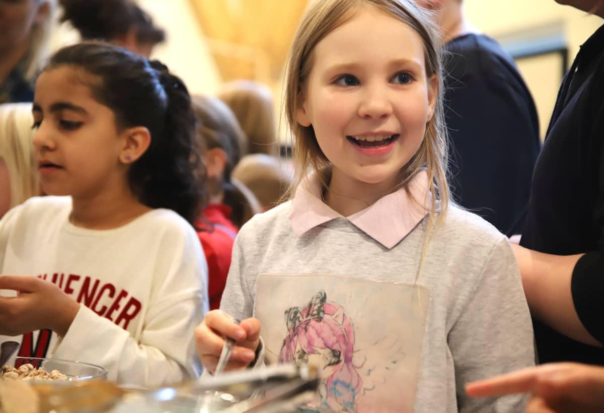 Koululaiset maistavat hyönteisruokaa Porissa.