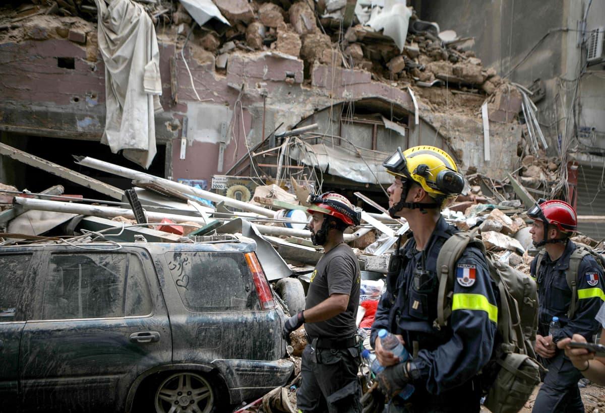 Libanonilaisia ja ranskalaisia pelastustyöntekijöitä tutkimassa räjähdyksessä vahingoittuineita rakennuksia.
