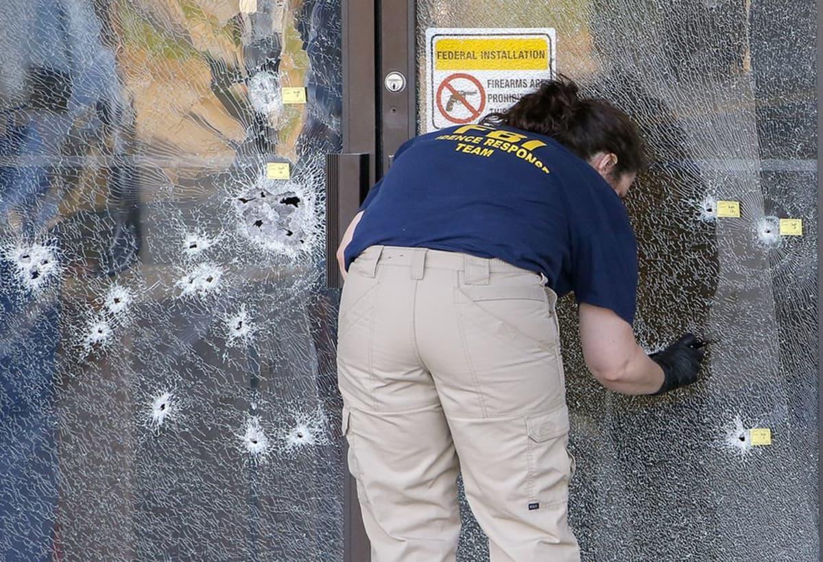 FBI:n tutkija ampumispaikalla Chattanoogassa, Tennesseessa torstaina.