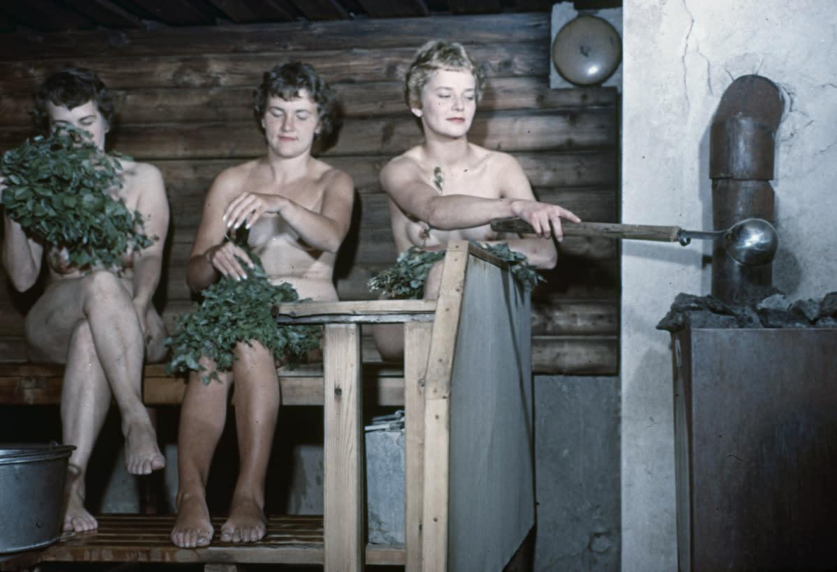 Kolme naista saunomassa 1940-luvulla.
