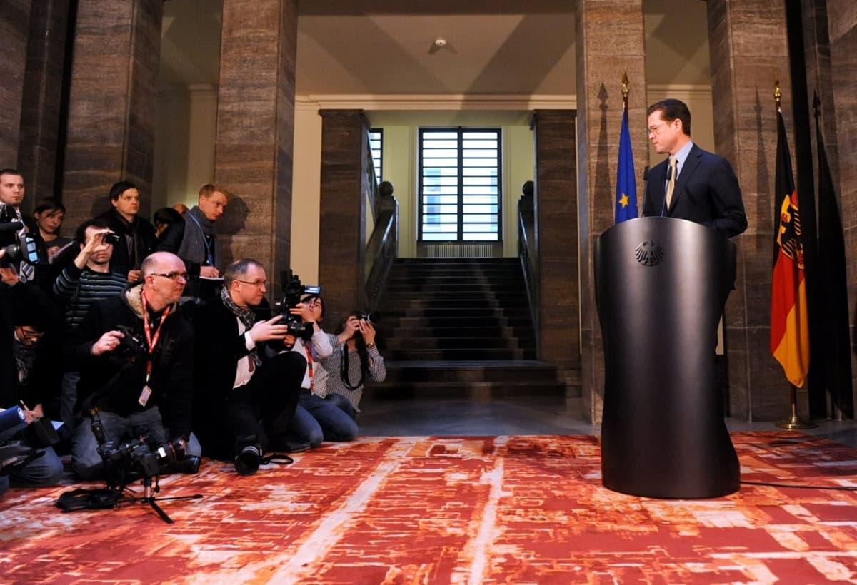 Karl-Theodor zu Guttenberg ilmoittaa eroavansa puolustusministerin tehtävästä. Maaliskuu 2011, Berliini.