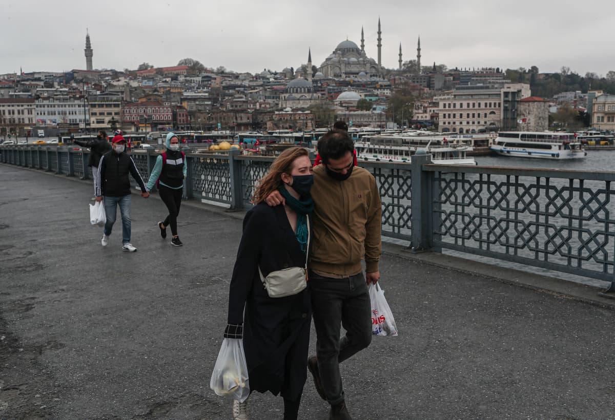 Kävelijöitä Istanbulin Galata-sillalla maanantaina.