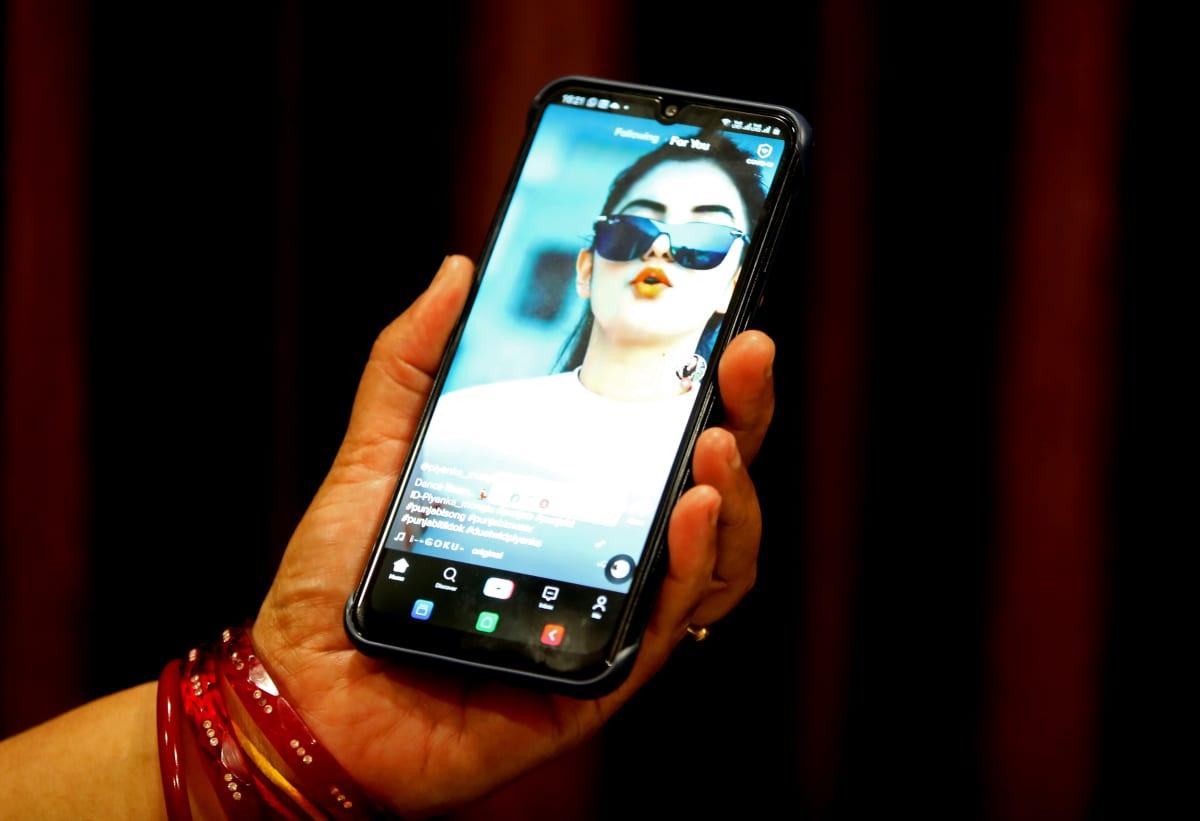 Nainen katselee videota TikTokista Bhopalissa, Intiassa kesäkuun lopussa 2020