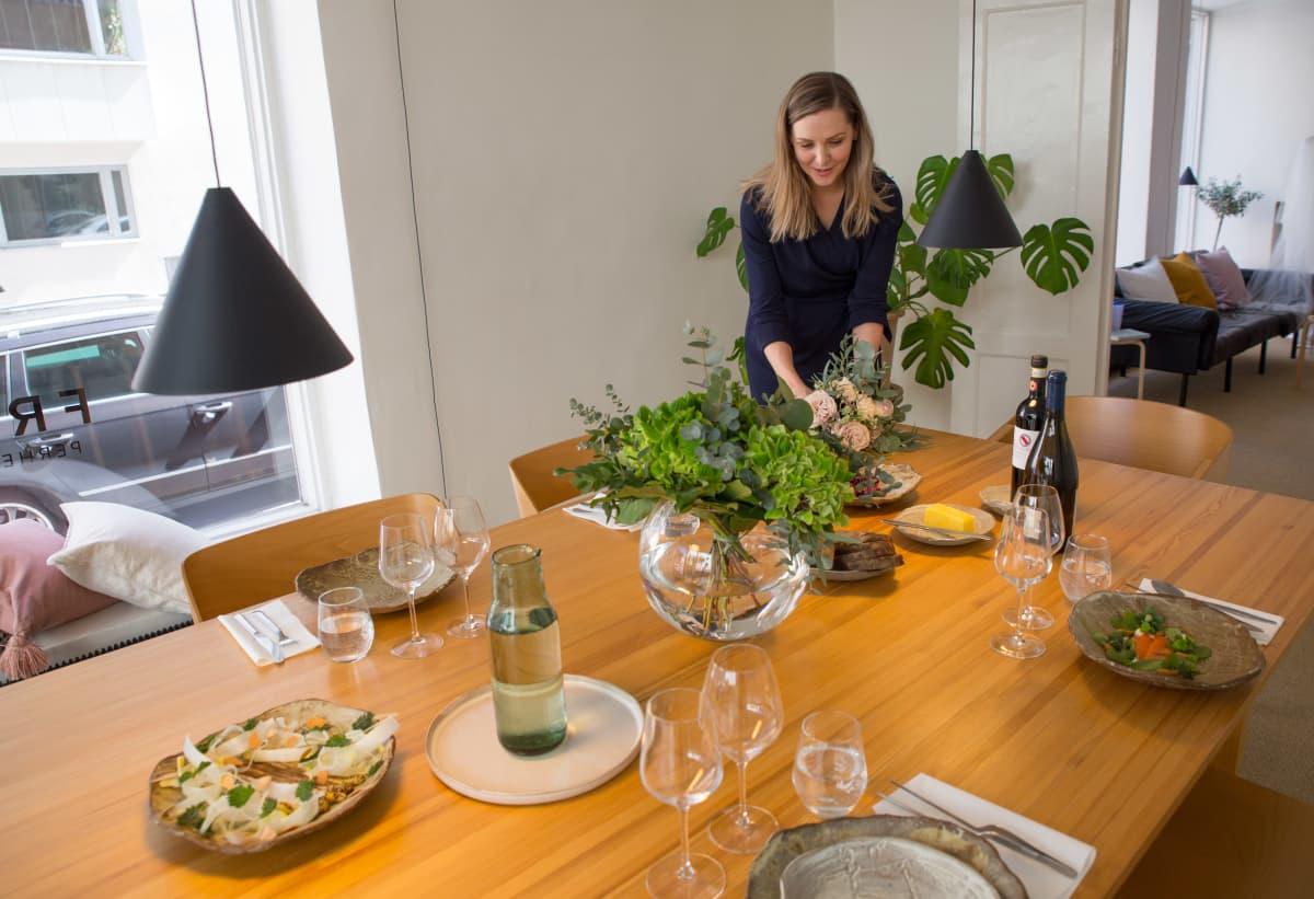 Ravintola Chapterin ruokapöytä kokonaisuus aseteltuna Frida perhejuristien juhlatilaan.