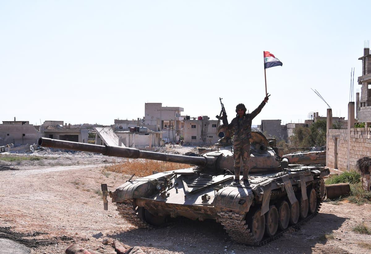 Syyrialaissotilas panssarivaunun kannella Khan Sheikounissa Idlibin maakunnassa.