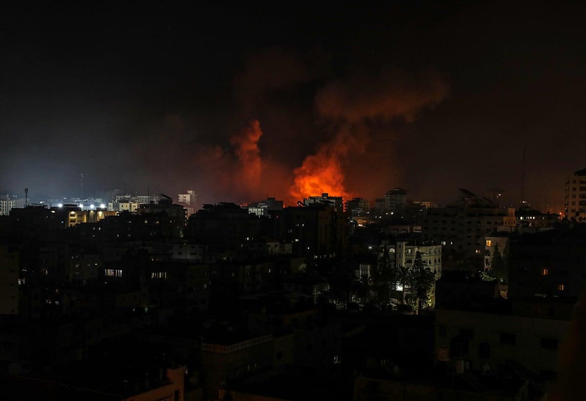 Savu ja liekit nousevat räjähdyksen jälkeen öisessä Gazassa.
