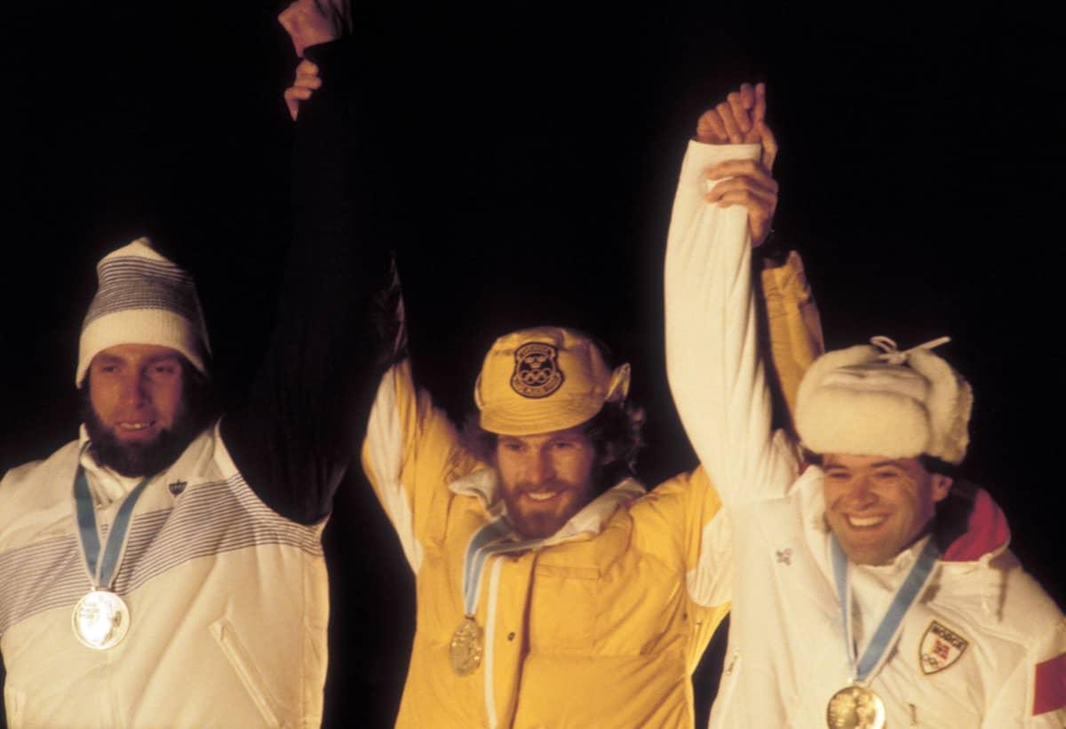 Juha Mieto (vasemmalla), Thomas Wassberg ja Ove Aunli palkintokorokkeella Lake Placidin talviolympialaisissa 1980.