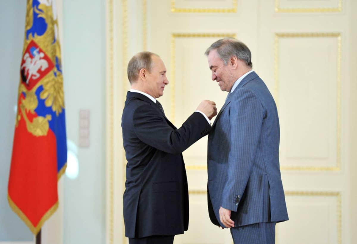 Mariinsky-teatterin taiteellinen johtaja ja kapellimestari Valeri Gergijev sai Putinilta mitalin.