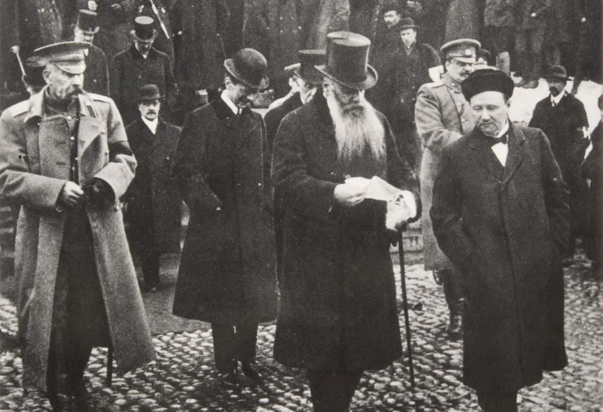 Kenraalikuvernööri Stahovitsh palaamassa valtiopäivien avajaisjumalanpalveluksesta.
