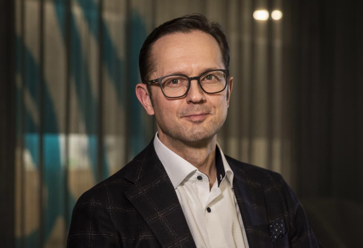 Professori Matti Reinikainen johtaa koronapotilaiden tehohoidon tilannekuvaa ylläpitävää ryhmää.