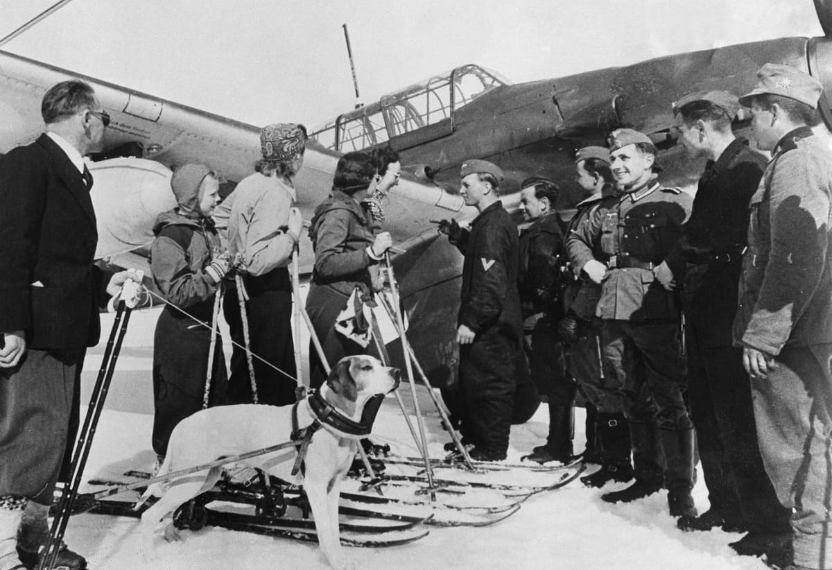 Norjalaisia siviilejä juttelemassa saksalaissotilaiden kanssa huhtikuussa 1940.