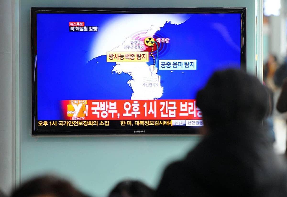Etelä-korealaiset katsovat tv-uutista, joka kertoo Pohjois-Korean mahdollisesta ydinkokeesta.