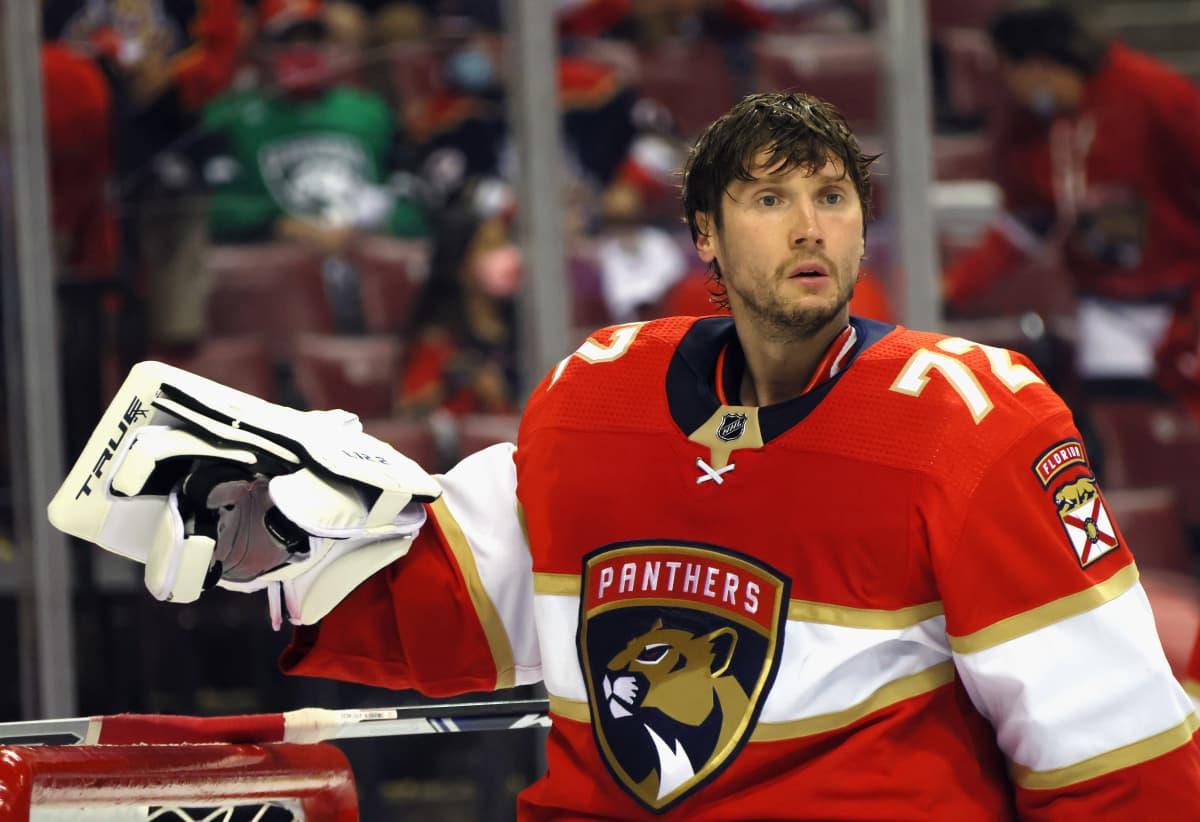 Florida Panthersin maalivahti Sergei Bobrovski ilman kypärää maalillaan hölmistyneen näköisenä.