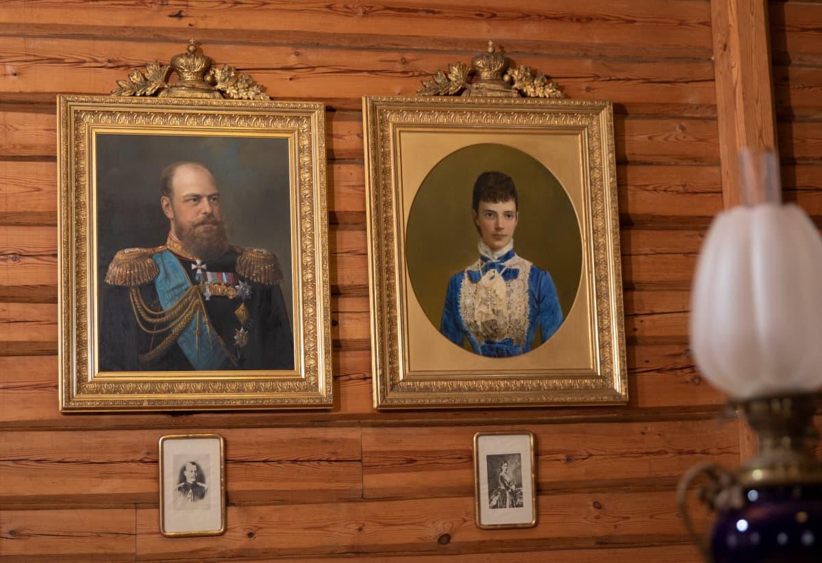 Maalaukset, joissa keisari Aleksanteri III ja hänen vaimonsa Maria Feodorovna.