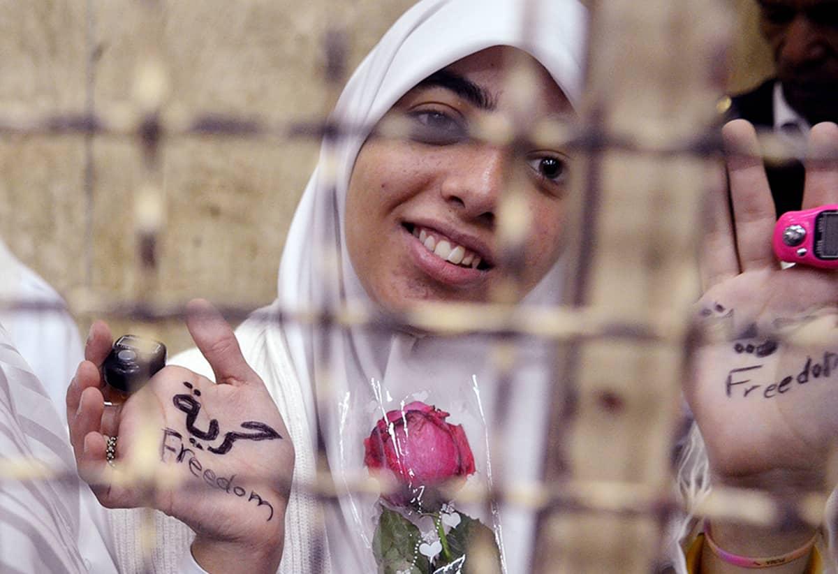 Yksi vangituista egyptiläisnaisista oikeudenkäynnissä Alexandriassa 7. joulukuuta.