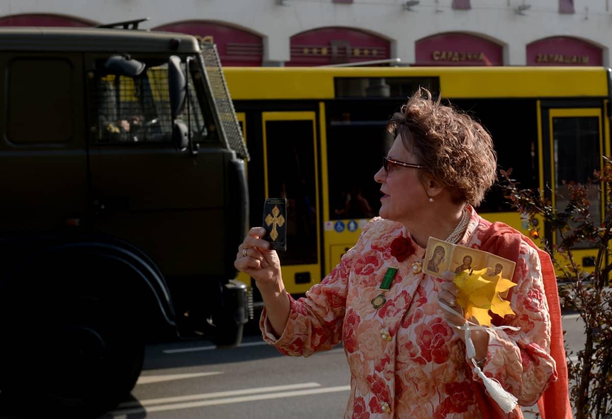 Mielenosoittaja naistenmarssilla Minskissä Valko-Venäjällä 26. syyskuuta 2020.
