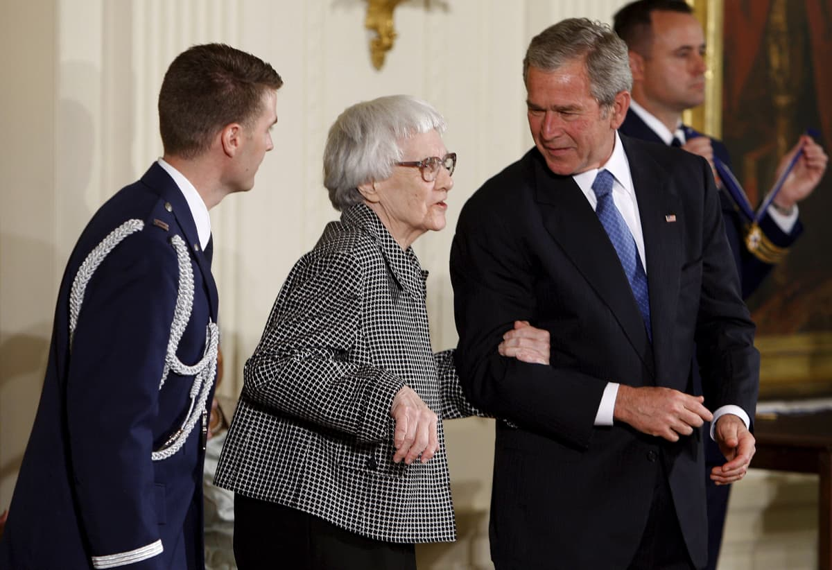 Presidentti George W. Bush luovutti Harper Leelle Presidential Medal of Freedom -mitalin vuonna 2007.