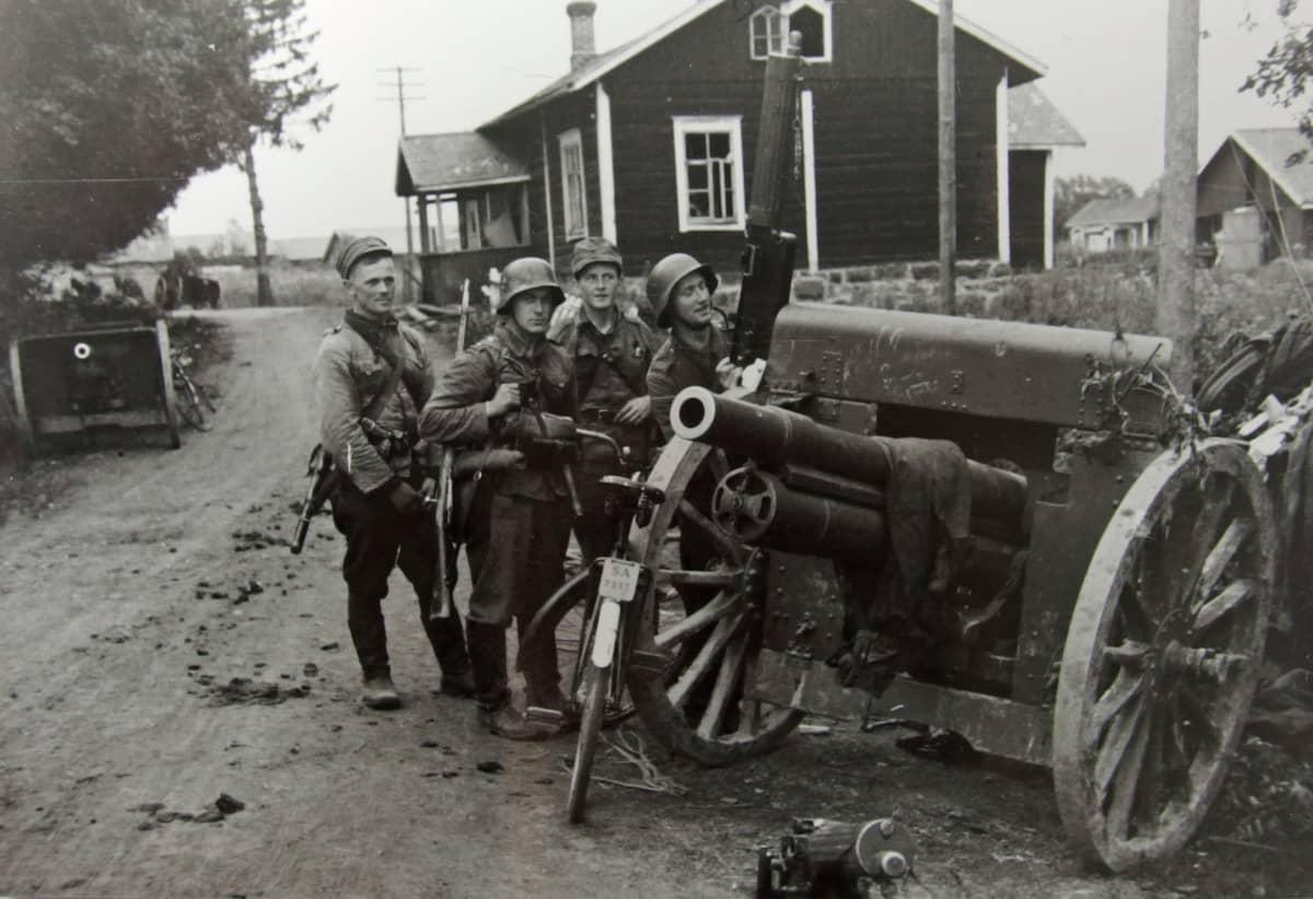 Miehet esittelevät neuvostoliittolaisilta vallattua sotakalustoa.