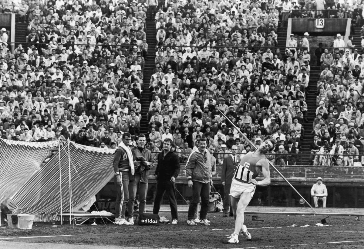 Pauli Nevala heitti keihään olympiakultaan Tokiossa vuonna 1964. Kulta oli hänen ainoa olympiamitalinsa.