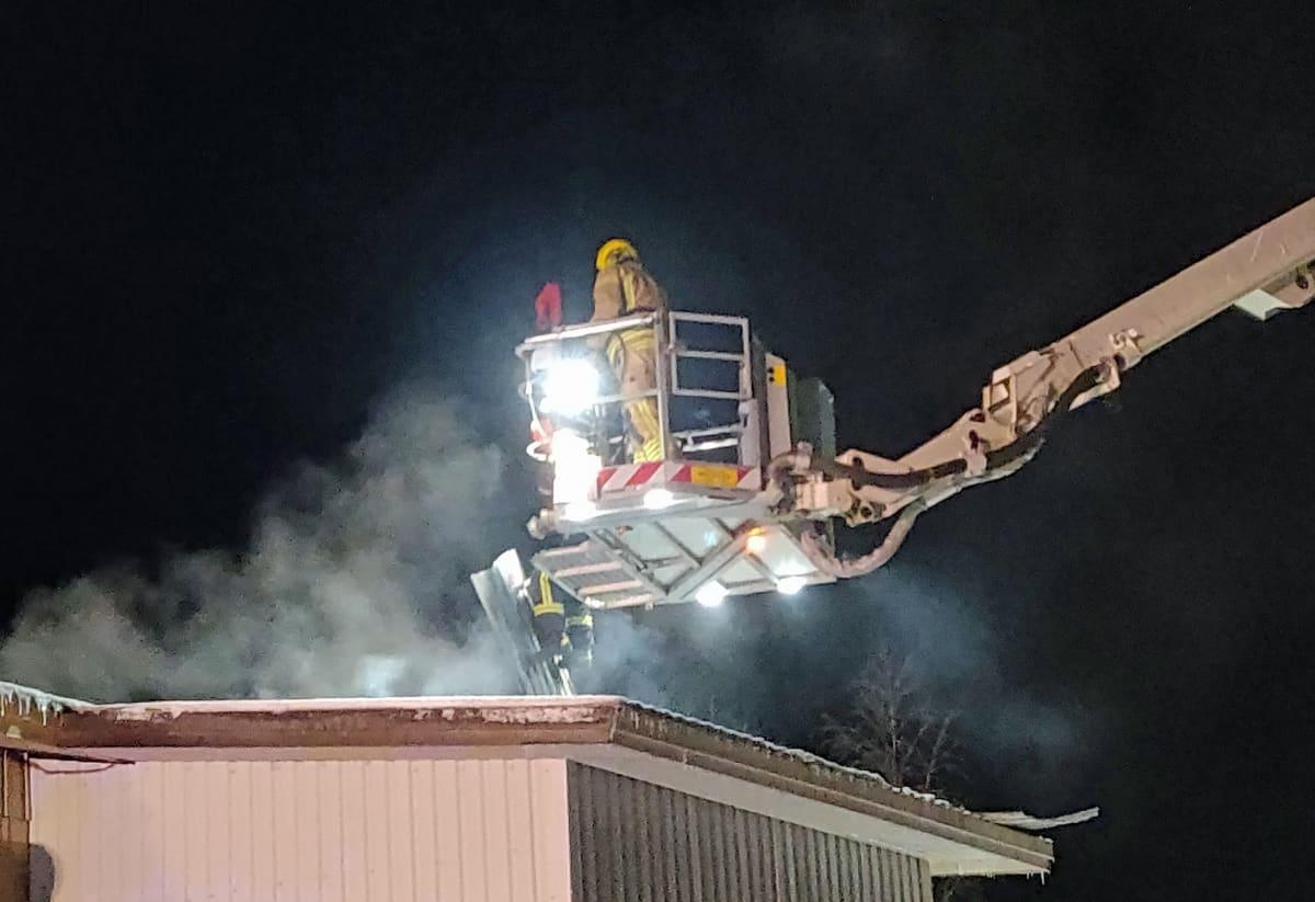 Palomiehet repivät auki Kaustisen Elementtivalmisteen kattoa.