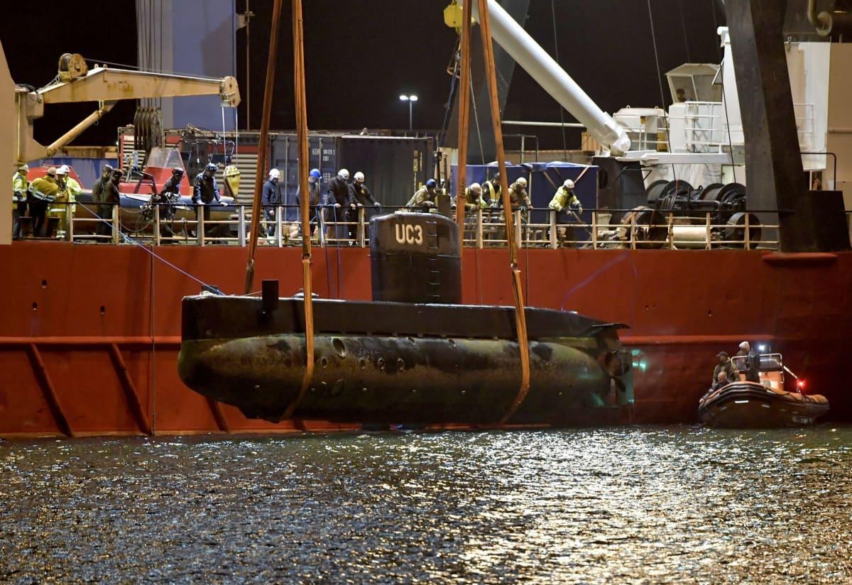 Peter Madsens ubåt UC3 Nautilus bärgas ur vattnet.