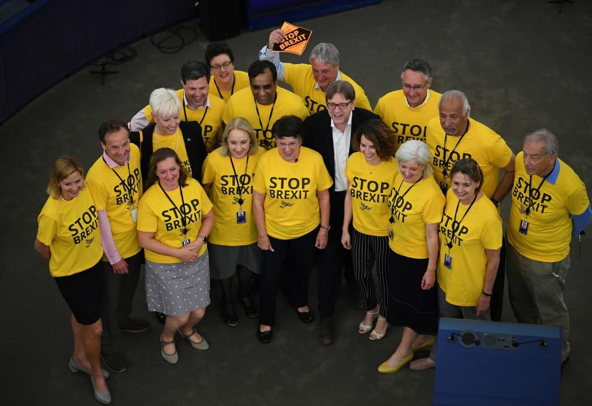Guy Verhofstadt ja Alde/Renew Europe -ryhmän mepit pukeutuivat keltaiseen vedotakseen brexitin pysäyttämiseksi.