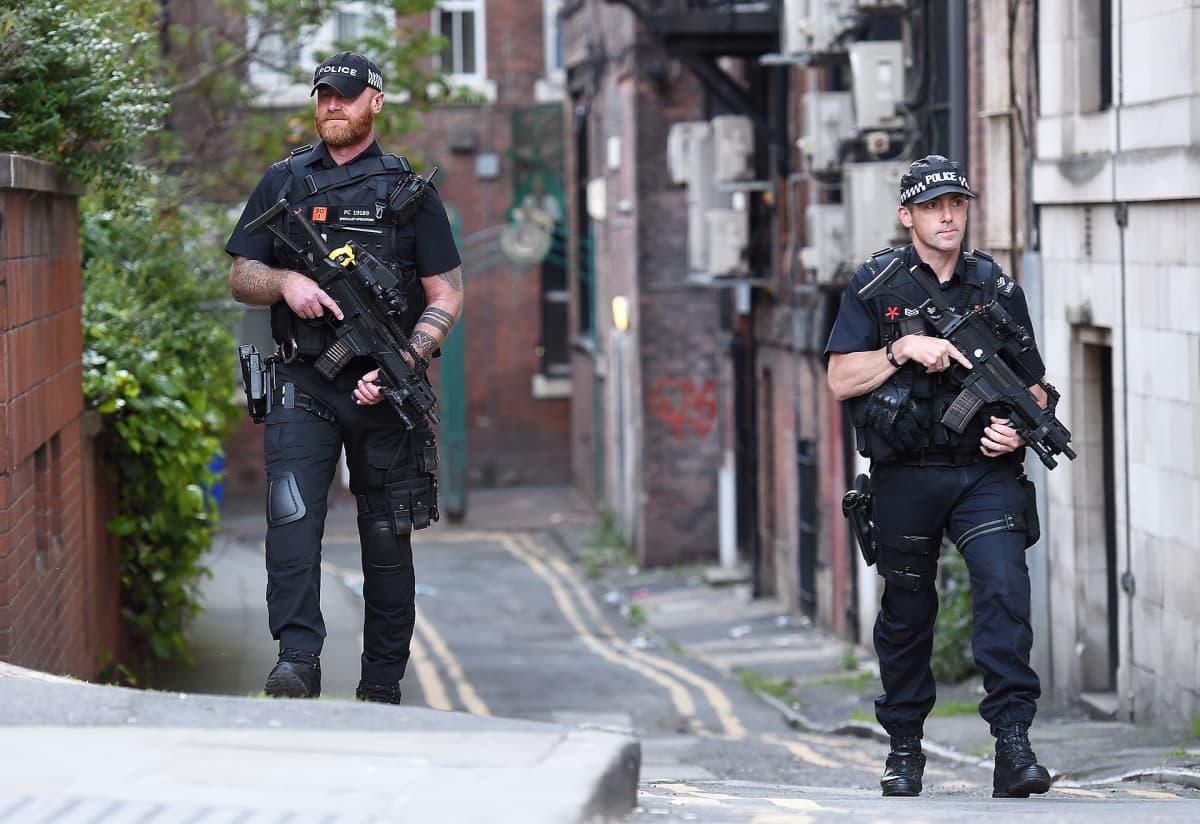 Aseistettut poliisit partioivat Manchesterissa 23. toukokuuta.