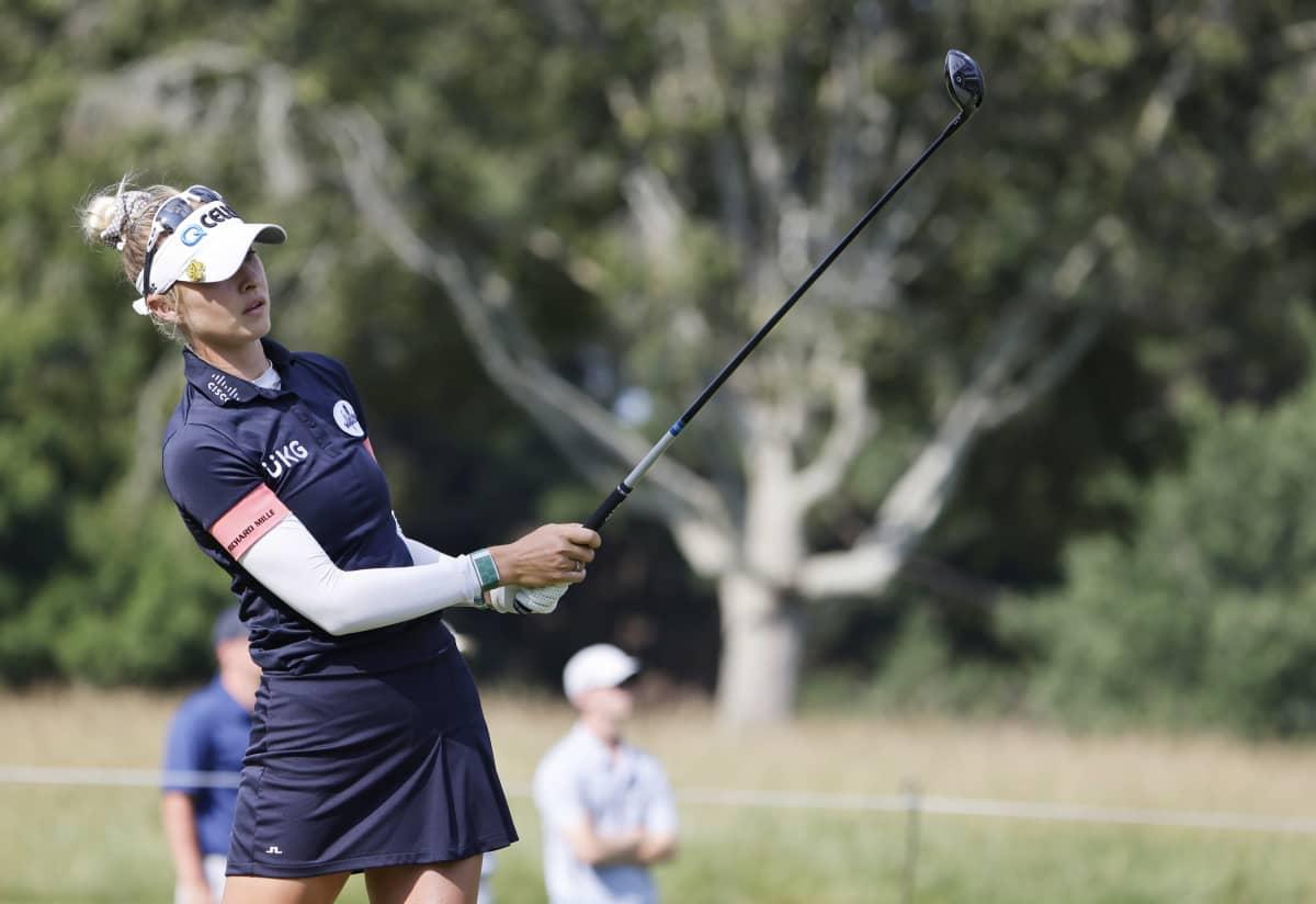 Golfari Nelly Korda lyömässä palloa