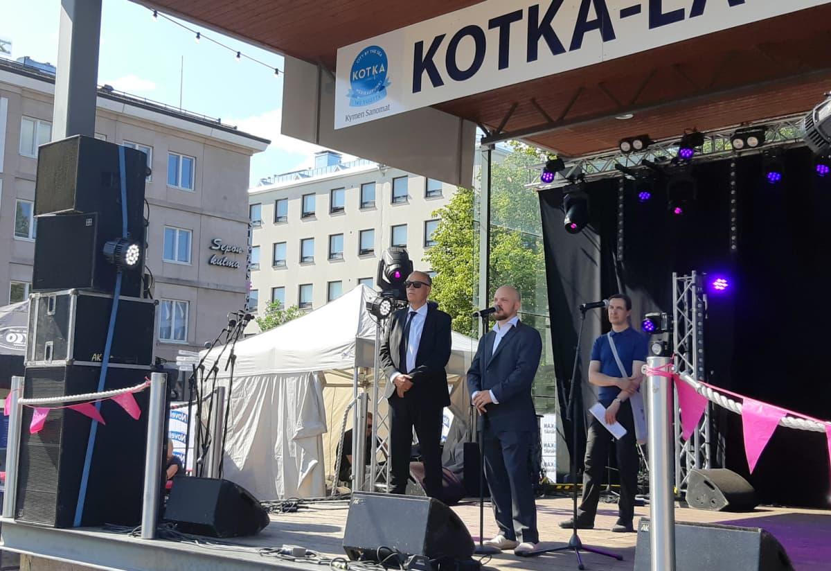 Mikko Kuoppala esiintymislavalla Kotkassa