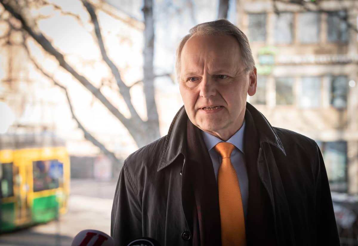 Jari Leppä Säätytalon portailla hallituksen puoliväliriihen alakaessa 21. huhtikuuta.