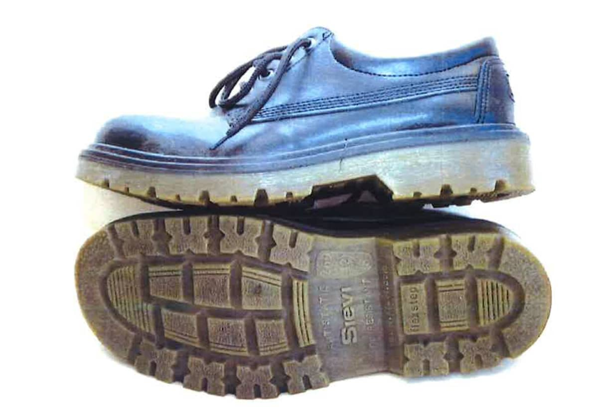 Porttikongista löytyneet kengät