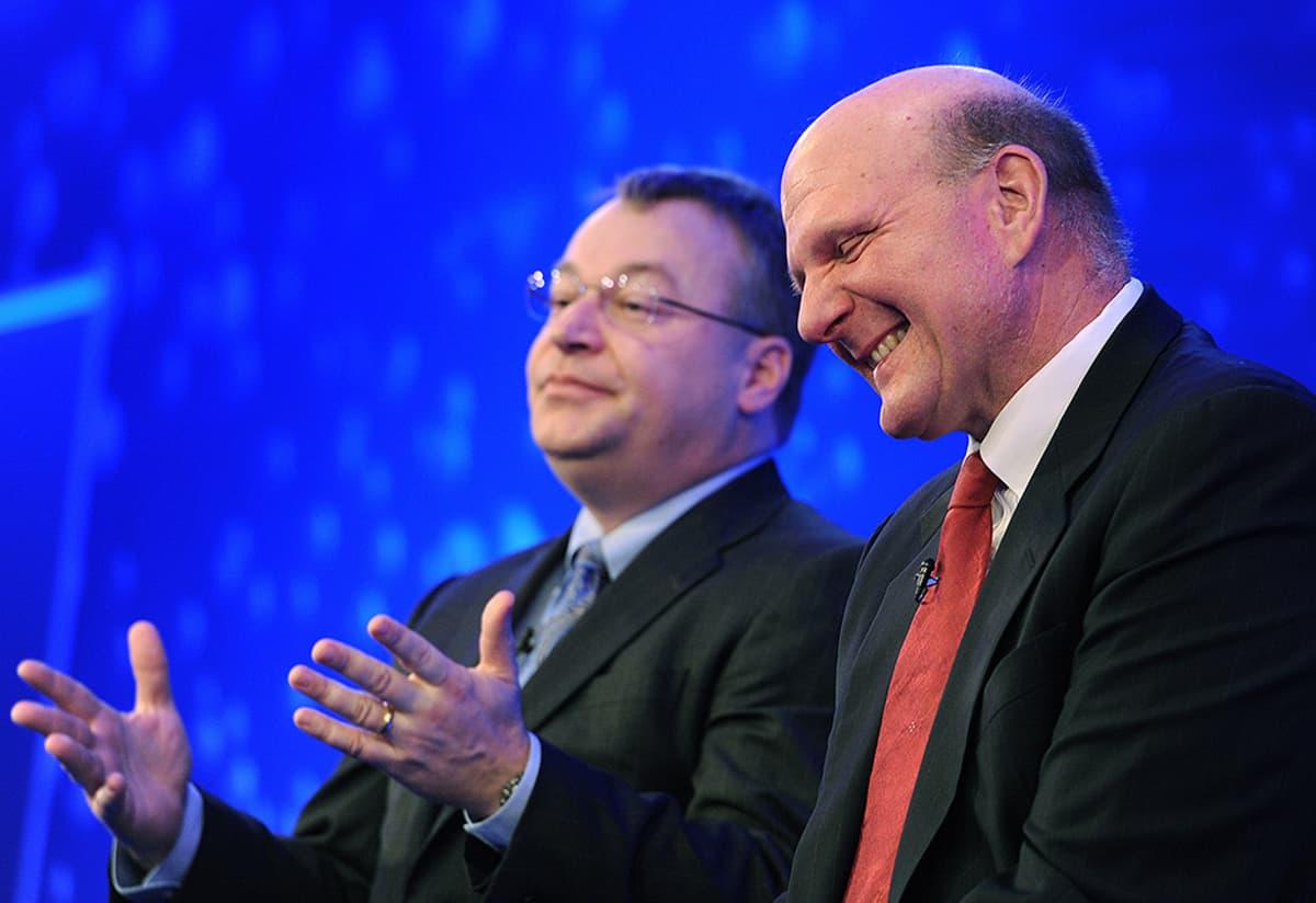 Stephen Elop ja Steve Ballmer Nokian ja Microsoftin yhteistyötä käsitelleessä lehdistötilaisuudessa.