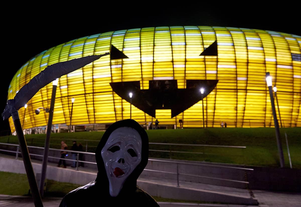 Kuoleman viikatemieheksi pukeutunut Halloween-juhlissa.