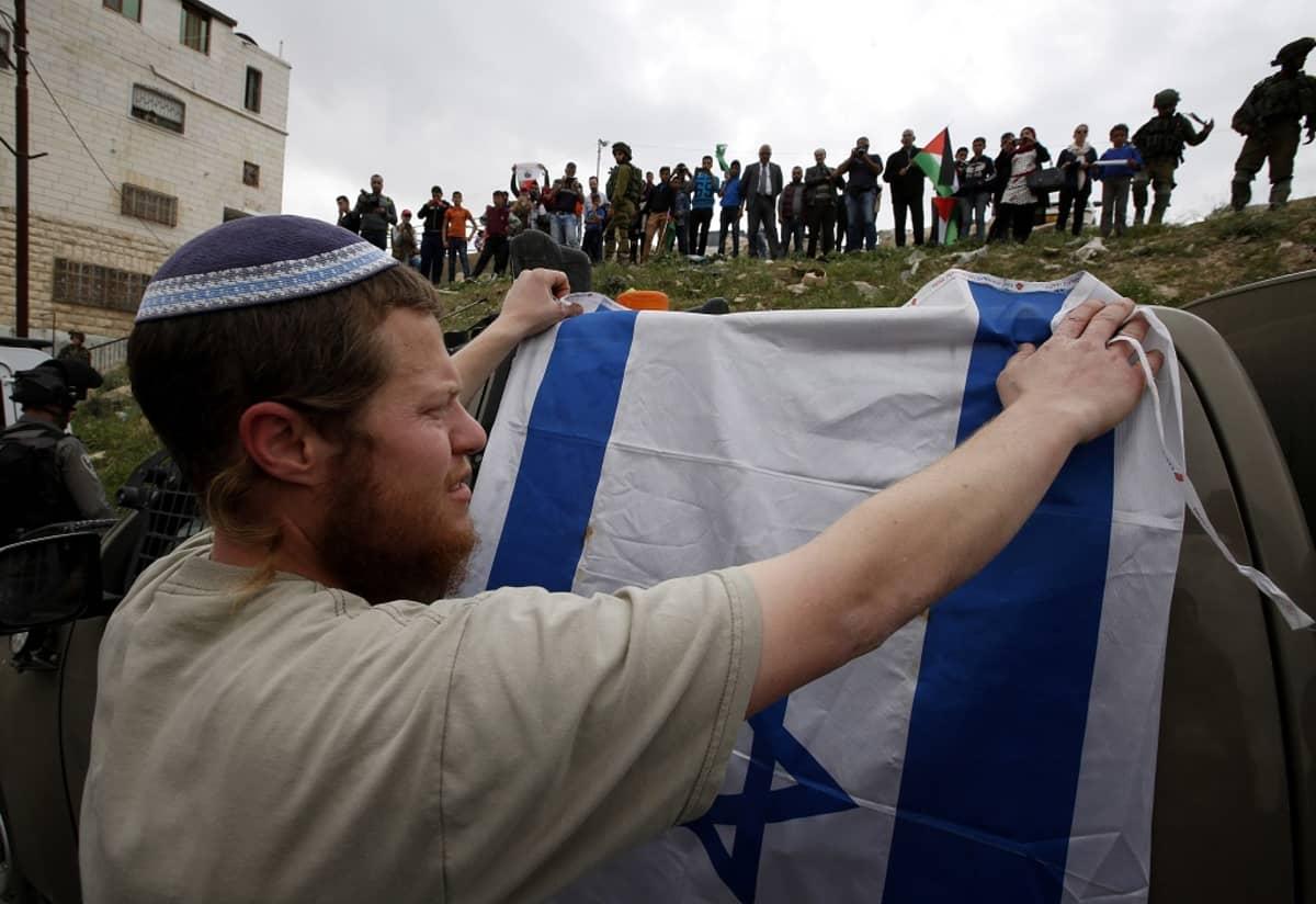 Juutalainen siirtokunta-asukas osoitti mieltään palestiinalaisille Kiryat Arba -siirtokunnassa Länsirannalla
