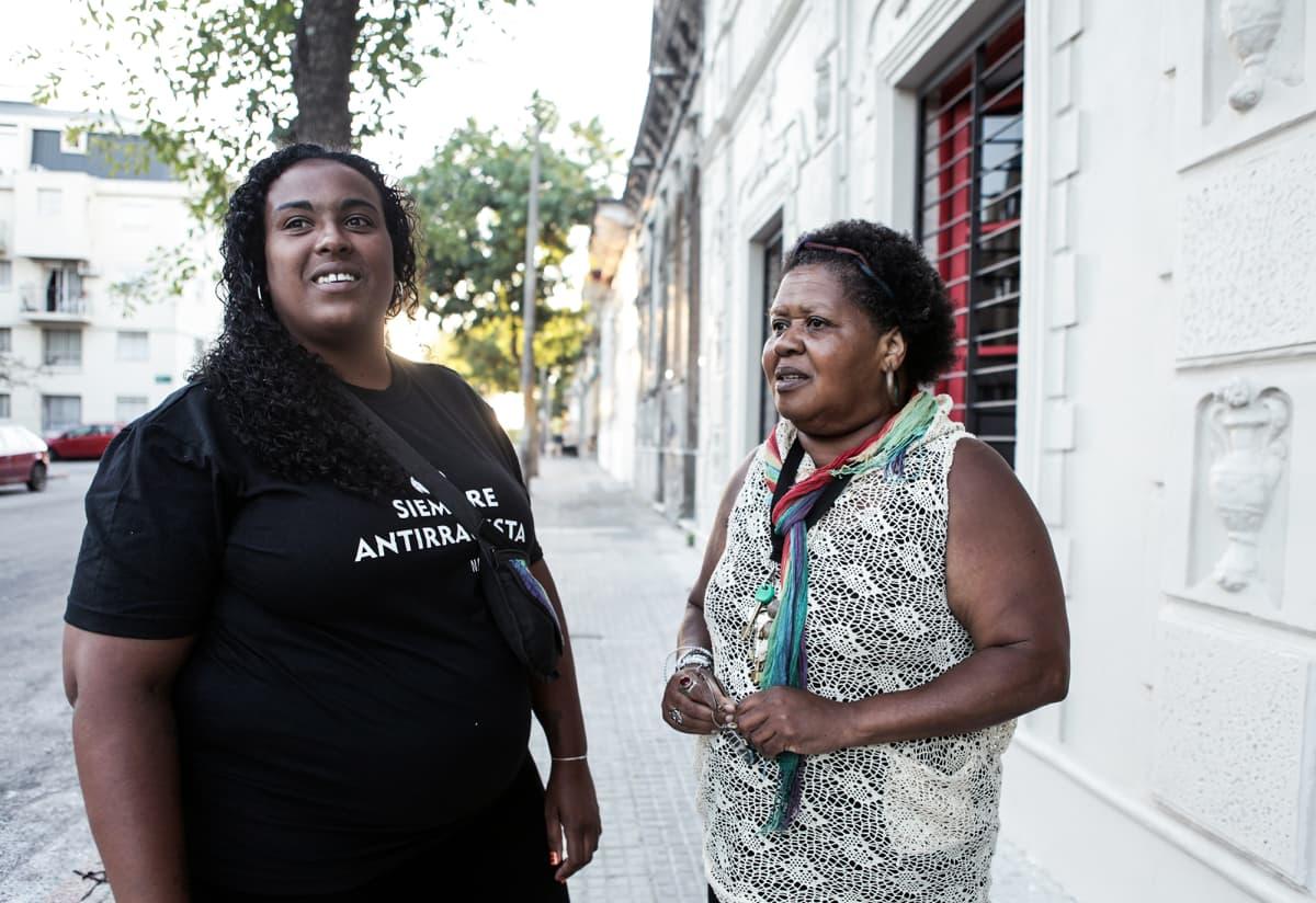 Lucia Martínez (vas.) ja Isabel Ramírez muistuttavat, että sanat voivat olla samaan aikaan helliä ja rasistisia.