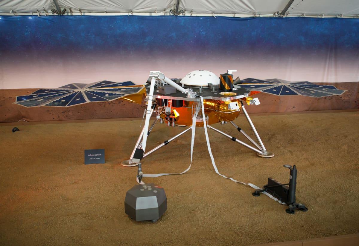 Nasan Mars-laskeutuja Insight esillä ennen avaruuteen lähtöä.