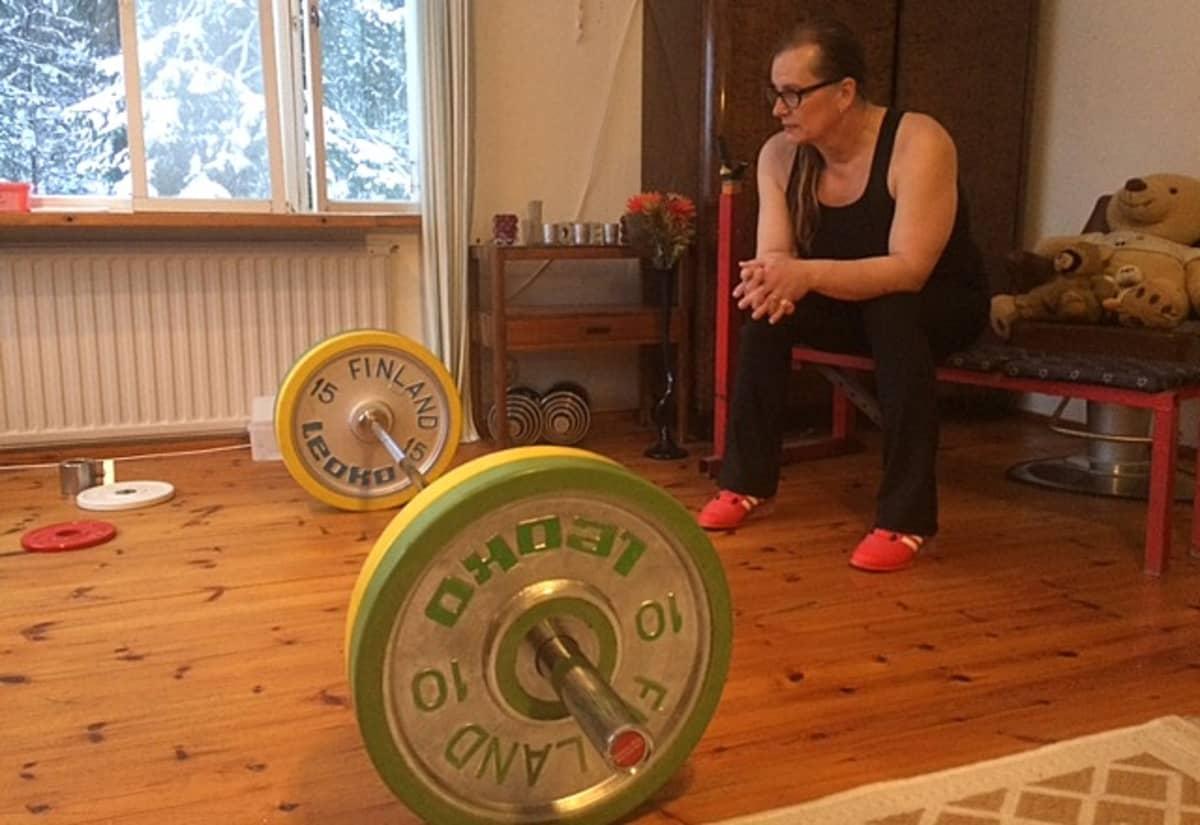 nainen istuu penkillä urheiluvaatteet päällään, punttitreeni, voimanosto, Vera Räsänen
