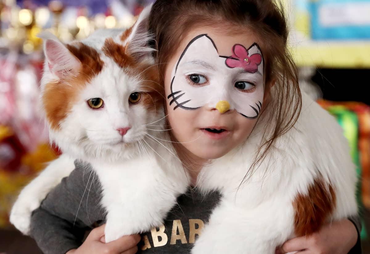 Tytöllä kissa olkapäillä