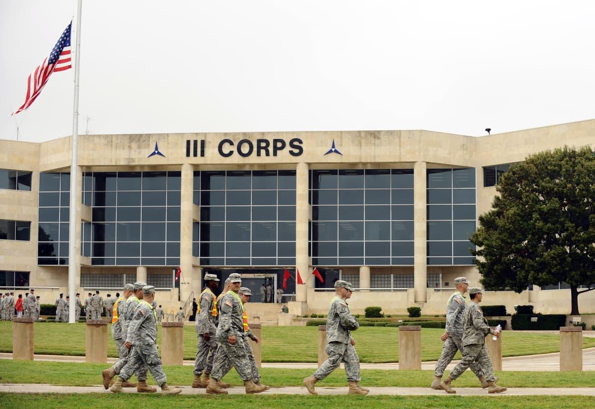Sotilaita kävelee armeijan tukikohtarakennuksen ohi.