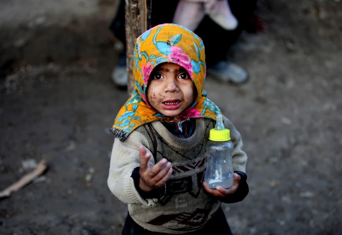 Afgaanilapsi pakolaisleirillä Kabulin ulkopuolella tammikuussa 2016.
