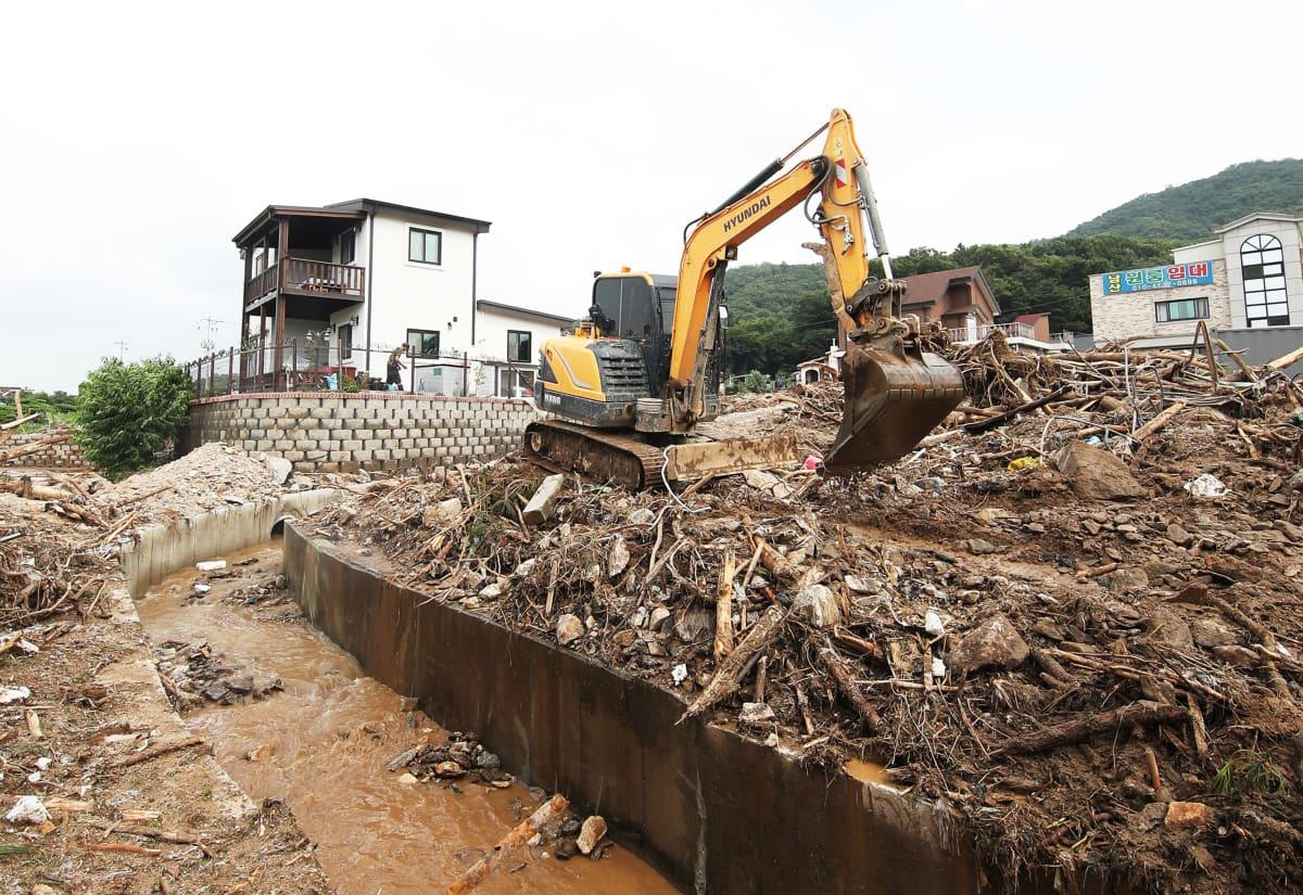 Anseongissa kaivettiin taloja esiin sunnuntaisen maanvyöryn jäljiltä.