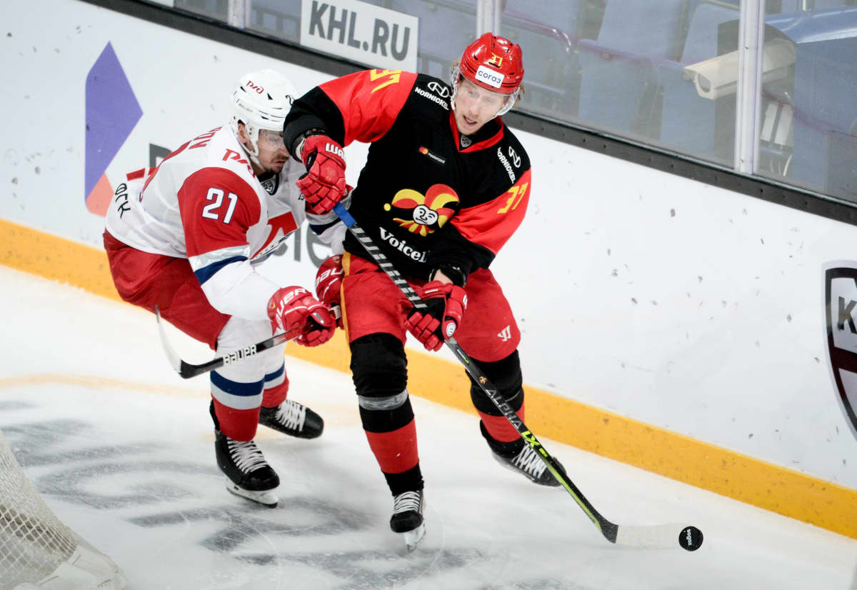 Lokomotivin Maxim Osipov ja Jokereiden John Norman kamppailevat kiekosta