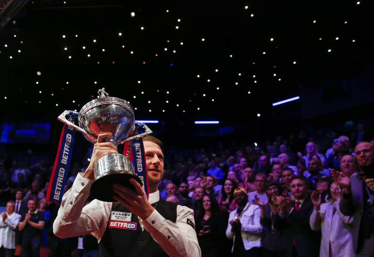 Judd Trump juhli snookerin maailmanmestaruutta Sheffieldin Crucible-teatterissa toukokuussa 2019.